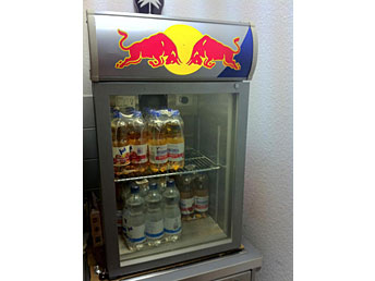 Kühlschrank Red Bull : Kühlschrank rund red bull gebraucht redbull mini kühlschrank in